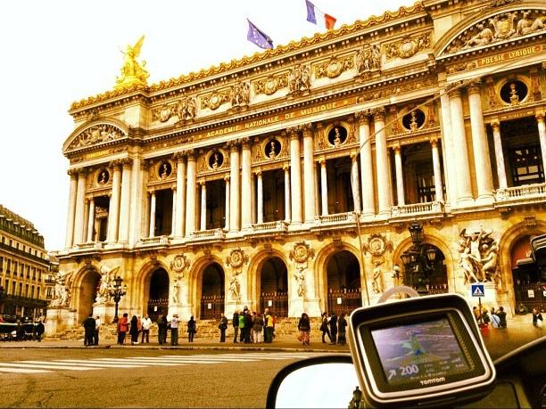 Taxi moto devant l'Opera de Paris